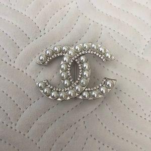 Silver pearl crystal high fashion brooch